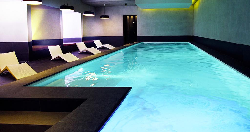 Domaine-de-la-Corniche-piscine-interieure-detente